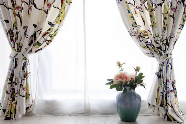 一、花朵图案窗帘营造典雅高贵的空间氛围 浅色绣帷提花绸缎窗帘与白色大理石雕像,同时点亮了空间明度。昂贵的蓝色羊绒座椅加厚了空间的色调,帮你营造出一个华丽而不失典雅的欧式宫廷风空间。 要打造空间奢华富丽气质,粉地暗花窗帘的布料与颜色是上选。布艺上交织着淡雅的银色装饰线条,边角处并坠有宫廷式流苏,处处流溢着古典风情。 二、大花朵图案窗帘营造空间喜庆氛围 大花朵窗帘让空间显得喜庆十足,搭配红色大花朵沙发,空间层次也更丰富。加上黑色怀旧感书架,空间呈现别致美感。 三、花朵图案窗帘是营造田园风空间的极佳方法 浅绿底
